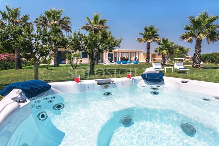 Incredible Seafront Villa with Jacuzzi near Ispica
