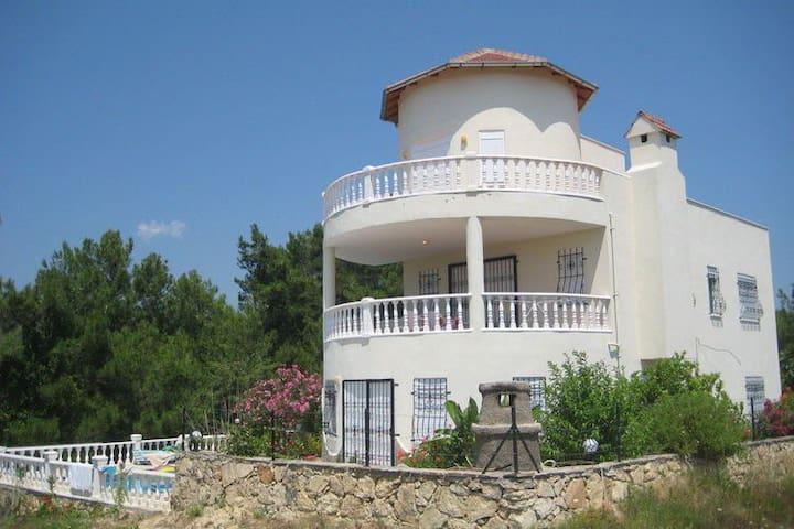 Villa met zwembad 5+3. Loopafstand zee en BBQ.