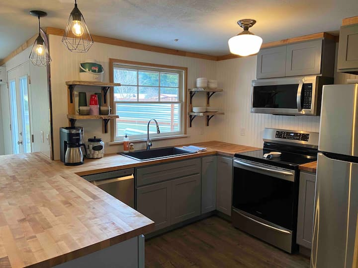 In-Town Renovated BaseCamp@MtRainier 2bd/2bth-pets
