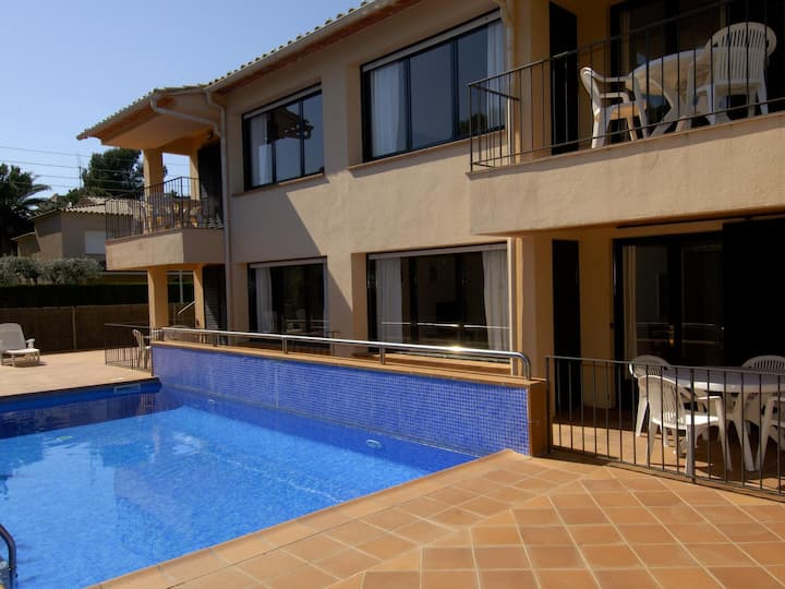 Pleasant apartment ground floor with community swimming pool