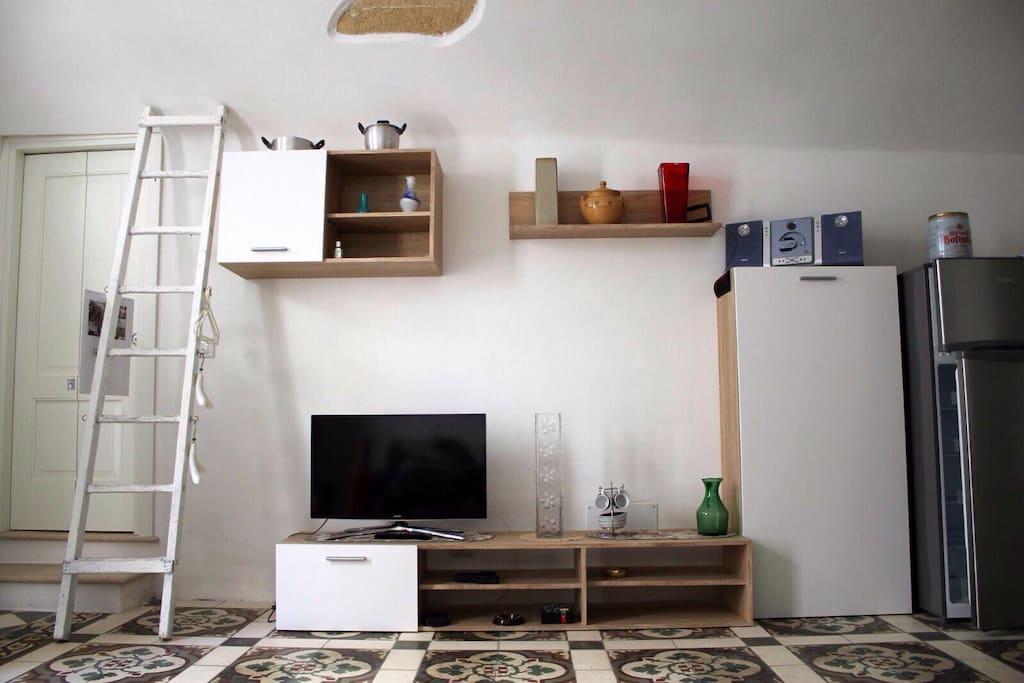 Lounge-room. Sala-stanza