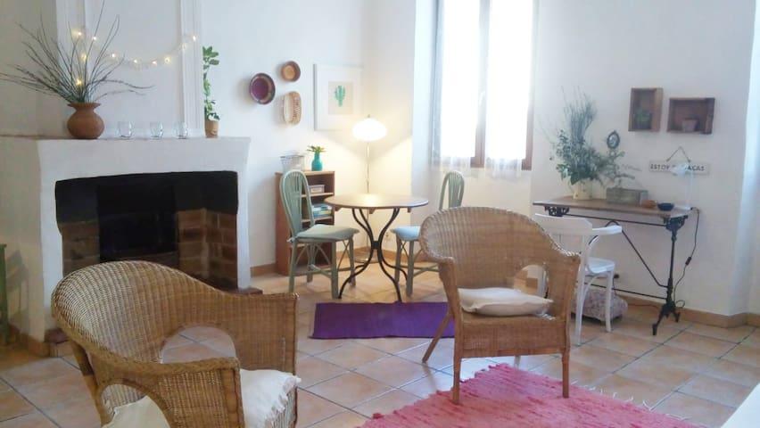 Cozy studio in center of Aups