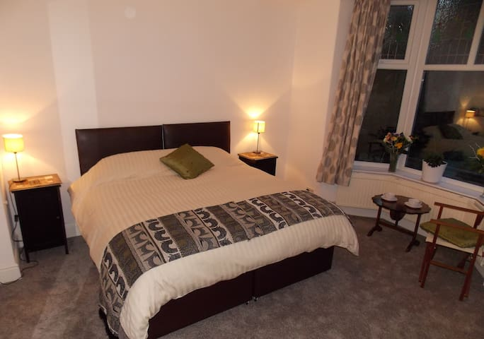 Kingsize, ensuite room nr Glossop