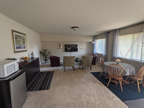 Lower Floor Residential Suite, 20 min to downtown