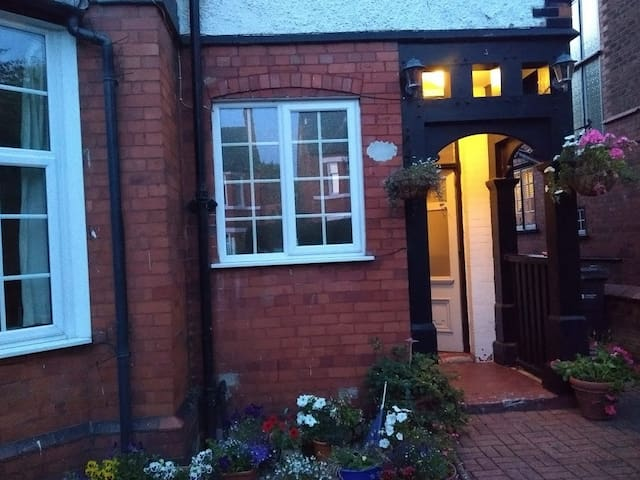2 Guest rooms in family home w/cat, nr city centre