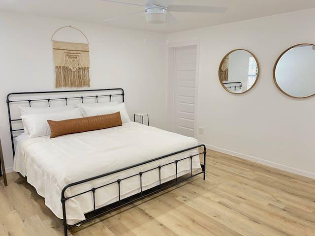 Main Bedroom (King Bed)