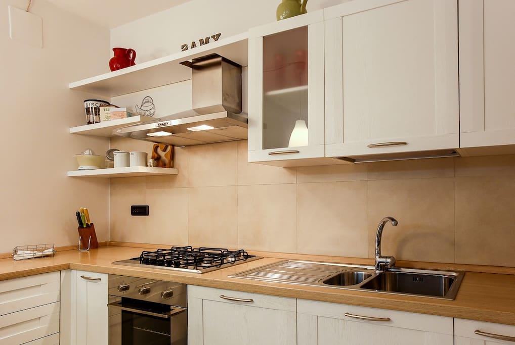 Cucina con isola per consumare pasti fugaci o per cene più elaborate. Lavastoviglie e utensili per mangiare cucinare disponibili.