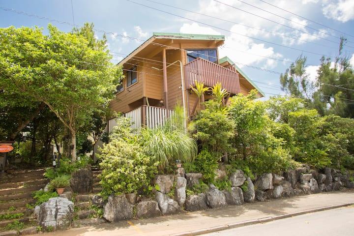 木の温かみ溢れる自然の中のログハウス~Cottage HIBISCUS~