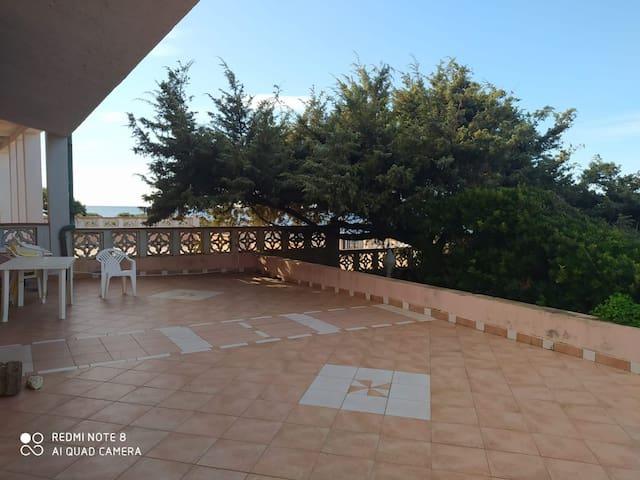 Villa unifamiliare con terrazza privata sul mare.