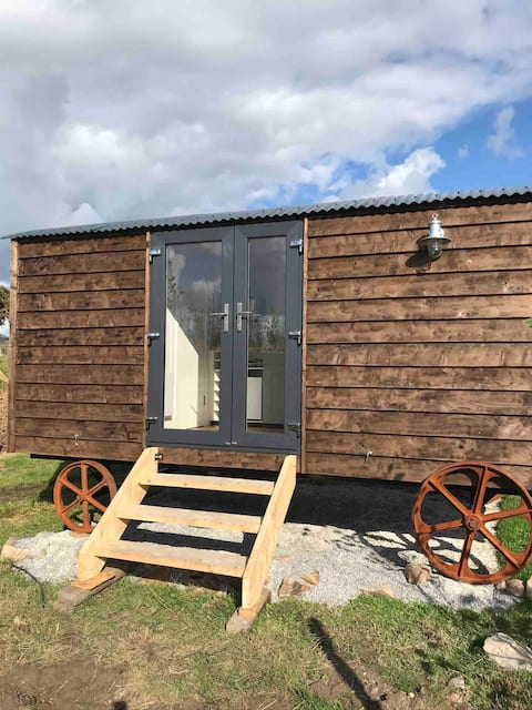 Glamping hut perfect for animal lovers. Hut 1.