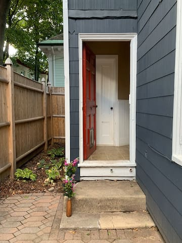 Private room/private bath, Steps from Congress St!