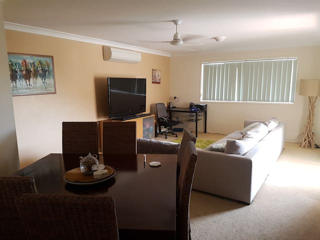 10 Mnts from Airport -  Nice & Tidy - Train & Bus - Northgate - Apartment
