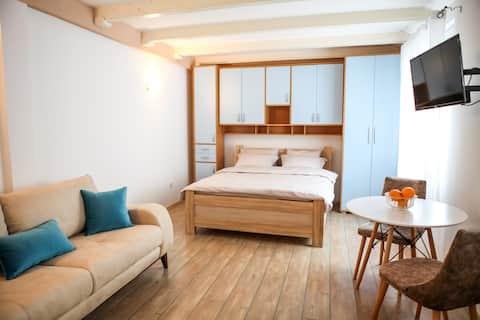 Sara Apartment (Queen Size Bed, AC, TV, Netflix)
