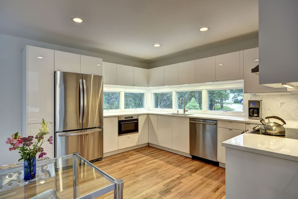 Modern, new European style kitchen with quartz counter tops, Bosch dishwasher, Hansgrohe faucet, built-in microwave, and all professional-grade appliances.