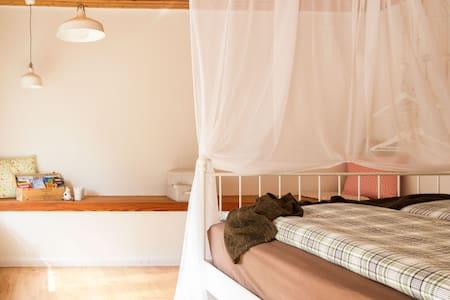 Romantisches Bett im alten Kuhstall - Pis