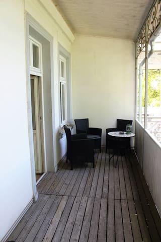 Der sehr geräumige Balkon mit bequemen Sesseln