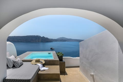 3 Caves suite with Hot Tub in Oia