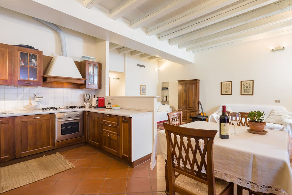 Sala da pranzo (4 o 8 posti a sedere) Dining room (4 or 8 seats). Esszimmer (4 oder 8 SitzPlätze).