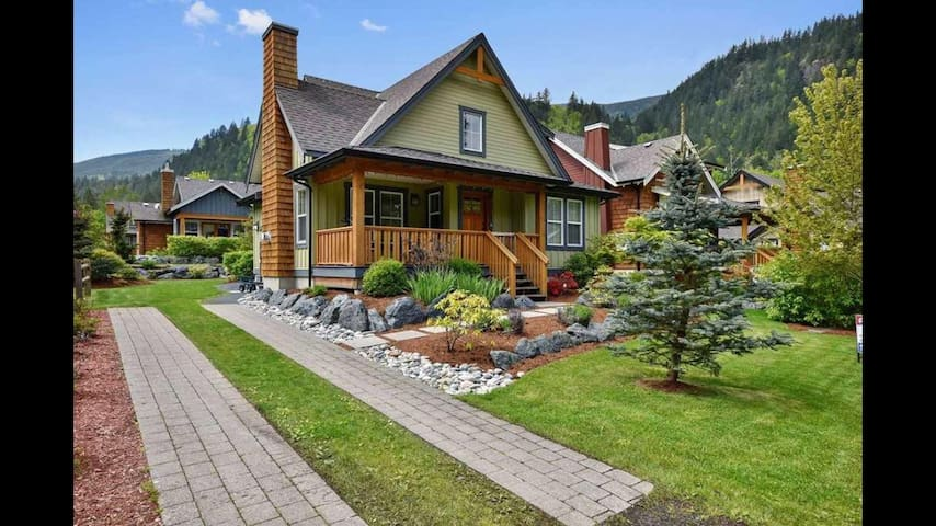 Cottage by Cultus Lake with resort amenities