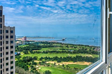 熊猫海景公寓H——鲅鱼圈近山海广场精装修日租房——有空调、热水、WiFi、厨房可做饭,室内直接看海