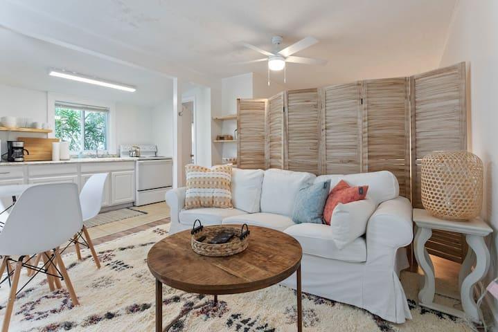 Cozy, studio beach cottage across from ocean