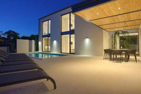 CASA BELA By The Sea With Heated Pool & Seaview