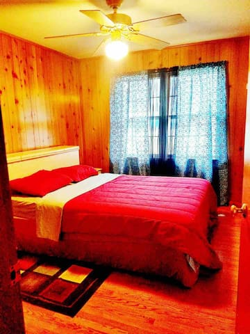 Vibrant and cozy Close to Airport & LU.