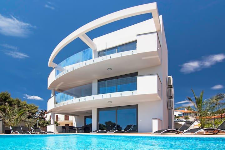 Villa Sunrise Premantura with pool - Premantura - Villa