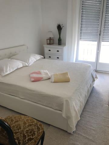 La deuxième chambre très cosy et au calme absolu se situe au nord de l'appartement. Elle a également sa salle de bains privative.