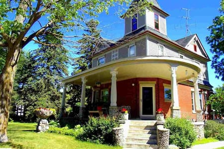 Rm #2 *Mel's Victorian*  Steps to Bellaire