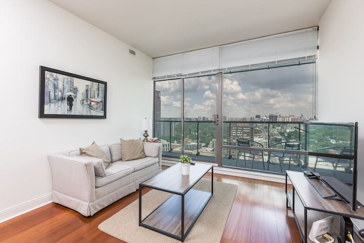 Upscale Yorkville Suite + Parking & Balcony