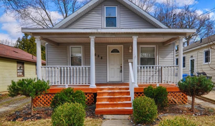 Large Upstairs Loft in the Center of Everything!