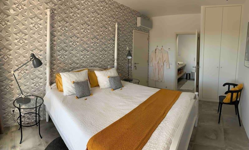 Big queen-size bed in Suite DOI2