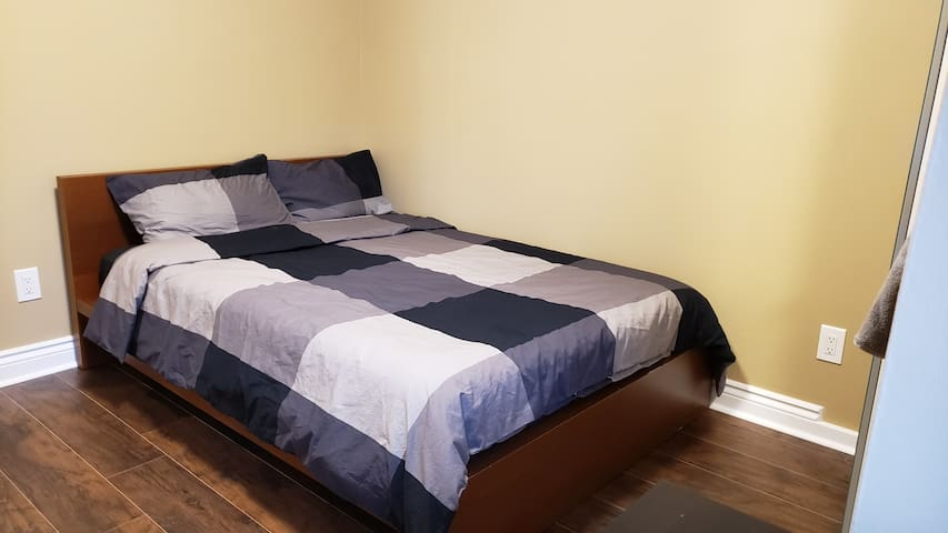Private Room with Double Bed Near Lakeshore!