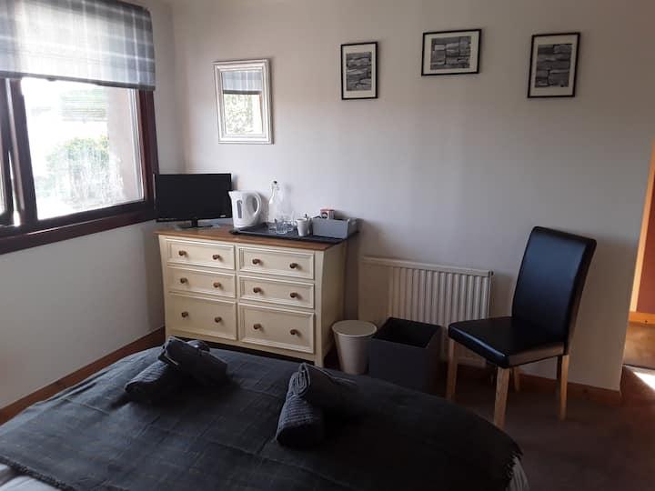 Bright, modern Double  room in Brora