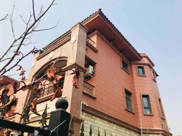 位于京津新城泰富橄榄园温馨别墅内的独立房间301