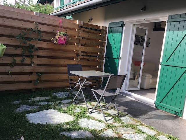 Jardinet avec petite terrasse coin repas
