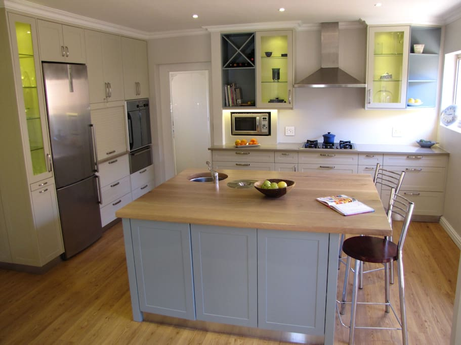 Modern Kitchen, Gas Hob, Eye Level Oven and Scullery with 2 Dishwashers, Washing Machine.