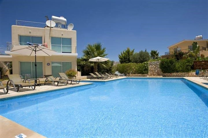 Private Garden 2 Bed Apartment in Peyia