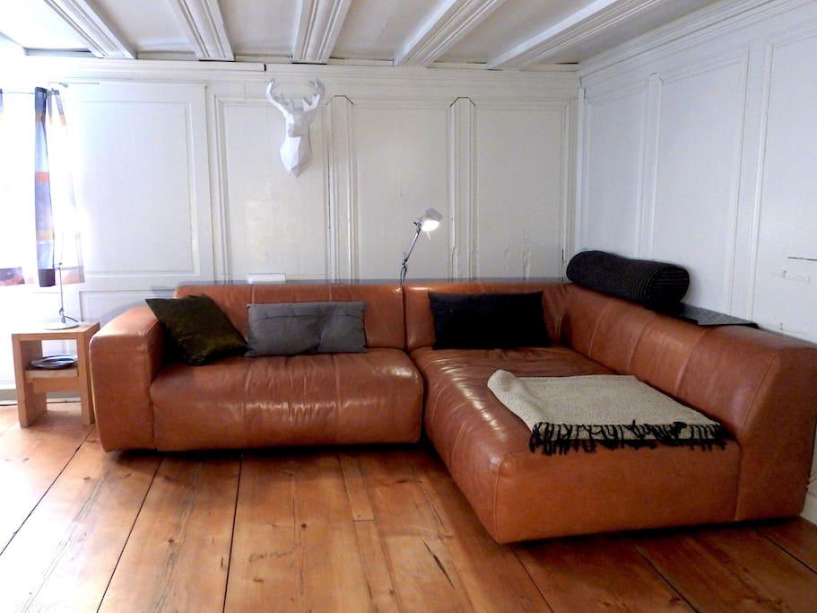 Die Sofaecke in der Stube mit kleinem Wand -TV und WLAN.