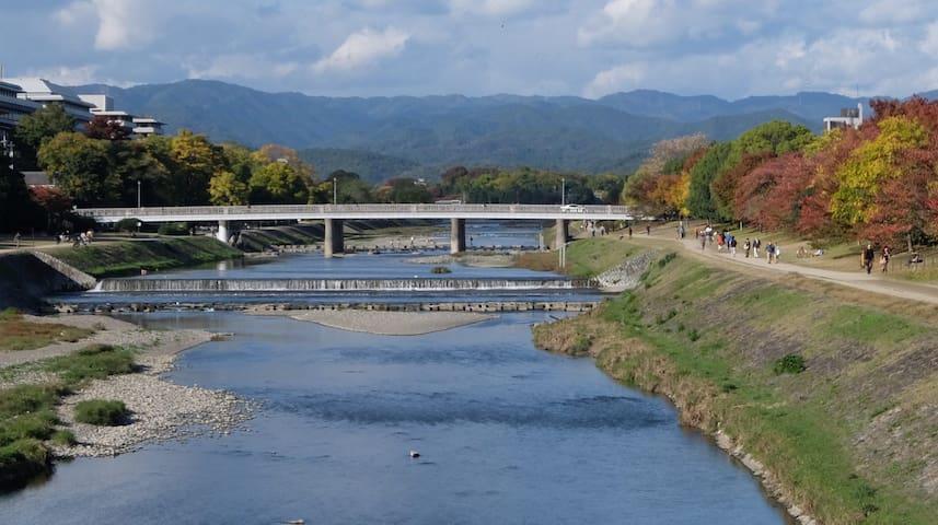 鴨川(徒歩5分)/ Kamo River (5 min. walk)