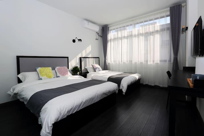 三月里精品客栈  紧靠灵山大佛,拈花湾景区     双床 1.5+1.2  家庭房 可住3人