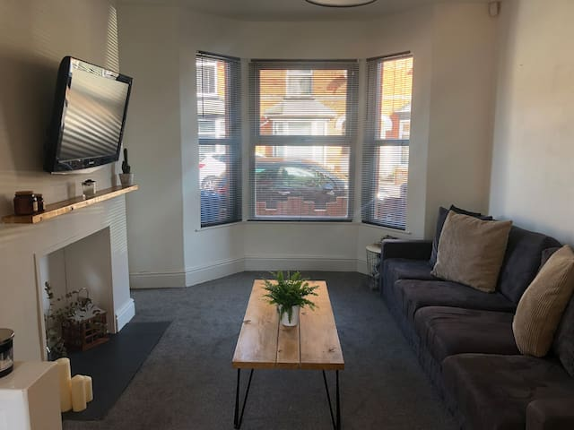 Bright Double Room in Modern Terrace- Close to Uni