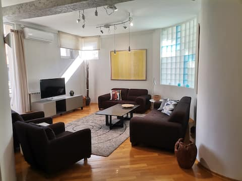 Upscale, airy and artful 2BR condo for a cozy stay