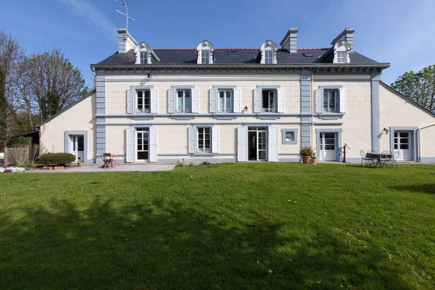 Notre maison est l'ancien hôtel de la gare de Moidrey, qui fut un temps, le terminus pour les voyageurs allant au Mont Saint Michel !