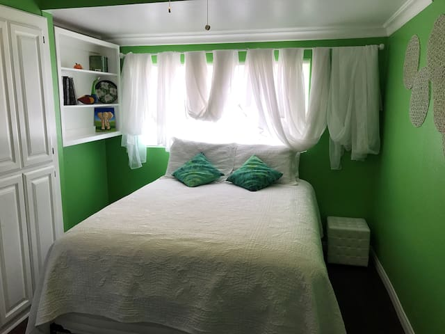 FEMALE ONLY - Private bed/bath