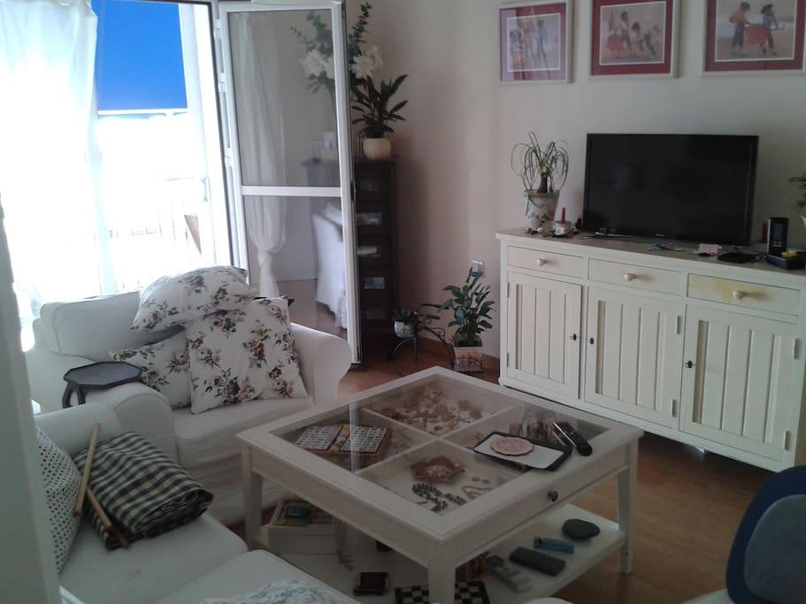 Confortable salón con sofá y butacas