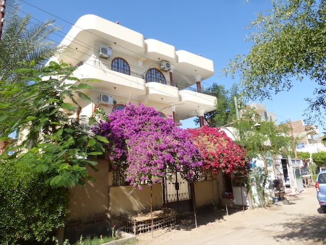 Appartement privé rdc avec terrasses et jardin - Luxor west bank - Leilighet