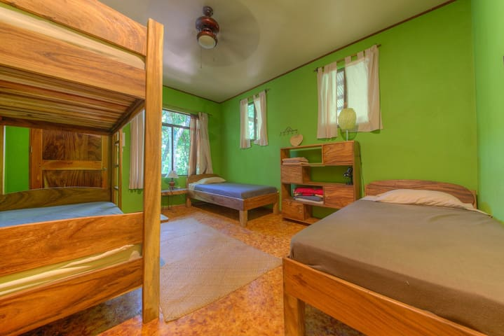 Triple room in Living Forest lodge - Tilaran - House