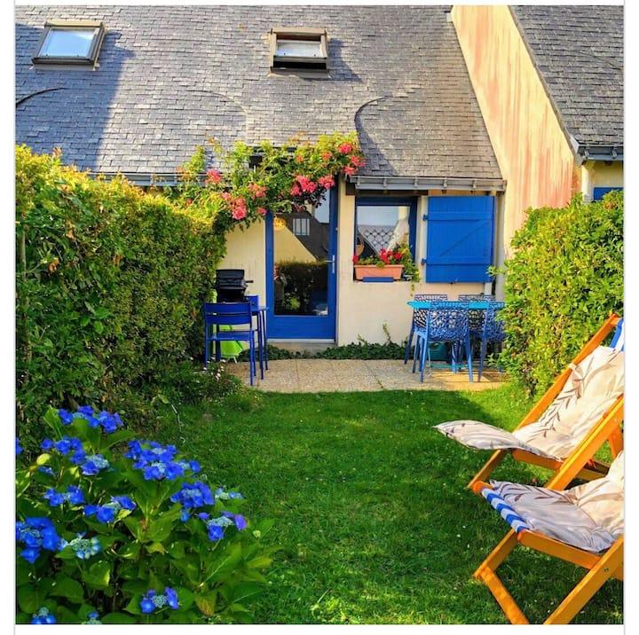 La petite maison bleue près de la plage